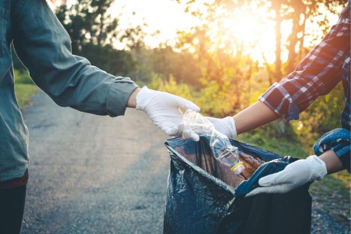 trash clean up volunteers